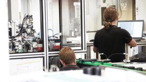 Maschinenbau Saarland – Ein Maschinenbau-Experte nimmt Montageanlage in Betrieb