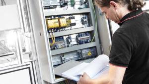 Service-Mitarbeiter führt Wartung einer Anlage durch